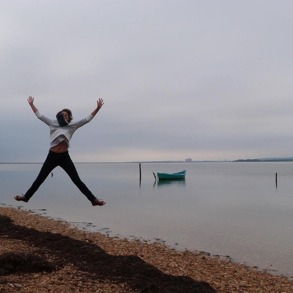 Photo de Marjolaine au bord d'un lac